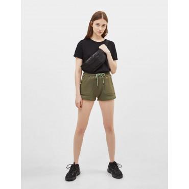 Къси панталонки цвят олив, размер S, BERSHKA